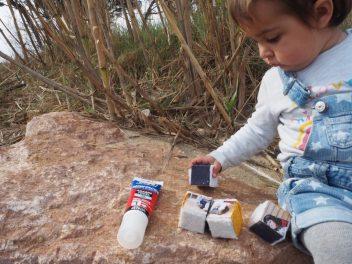 La baby jugando con su puzzle bloques sensoriales