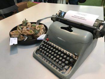 Tiempo de infancia detalle máquina escrinir y cactus