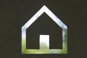 Silhouet van een duurzaam huis waarbinnen natuur te zien is.