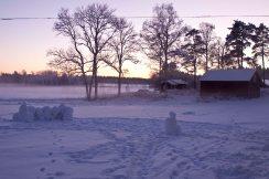 Snöborgen, snögubben, det andra torpet och delar av vedhuset.