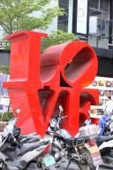 Samma skulptur i N.Y. som i Longyan