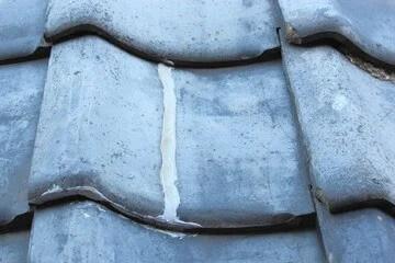 コーキング補修された屋根瓦