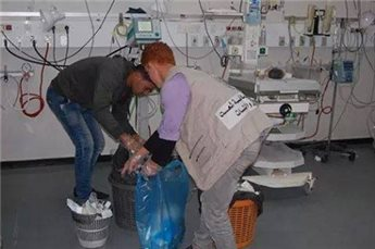 PEMUDA PALESTINA BERSIHKAN RUMAH SAKIT DI GAZA