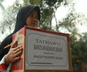 Seorang Muslimah membawa kotak bertuliskan Bantuan Kemanusiaan untuk Palestina. Photo By : Hadis/MINA