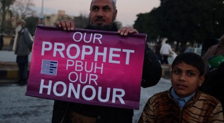 MUSLIM KASHMIR PROTES KARTUN NABI MUHAMMAD