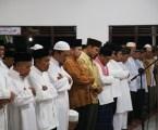 Gubernur Lampung, Ridho FIcardo (ke-lima dari kiri), Bersama BUpati Lampung Selatan, Rycko Menoza,( ke-enam dari kiri) saat melaksanakan shalat tarawih bersama ulama, masyarakat dan santri ponpes Al-Fatah Muhajirun Lampung Selatan, Selasa, (23/6). Photo : Hadis/MINA