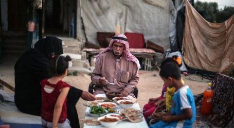 Keluarga Al-Qarra Berbuka Puasa Di Halaman Reruntuhan Rumah Mereka