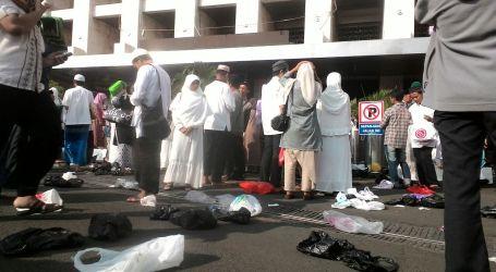 Sampah Plastik dan Koran Berserakan Usai Salat Idul Adha di Istiqlal