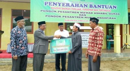 Kemenag Aceh Serahkan Bantuan Rp610 Juta untuk Pesantren Terluar Pulau Simeuleu