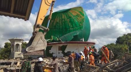 Petugas Penyelamat Mencari Korban di Reruntuhan Masjid