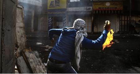 Bentrok dengan Pemuda Palestina, Jeep Milliter Israel Terbakar