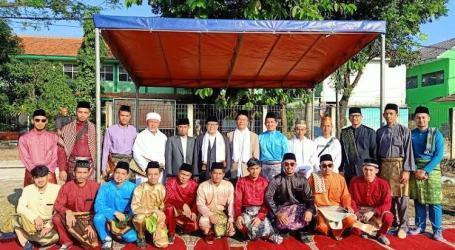 Mahasiswa-Mahasiswa Muslim Asal Patani Shalat Ied Berpakaian Melayu