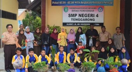 """Program """"Satu Warga Sekolah Satu Pohon"""" di SMPN 4 Tenggarong"""