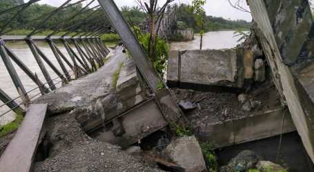 Jembatan Rangka Baja di Aceh Barat Ambruk Diterjang Banjir