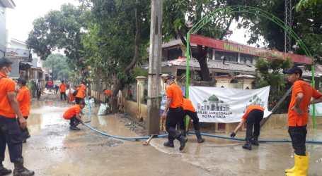Puluhan Personel UAR Bersihkan Kompleks Villa Nusa Indah 2