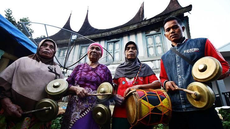 Cara memainkan alat musik Talempong