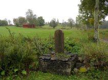 Milstolpe med utsikt över gravfält i Suntak