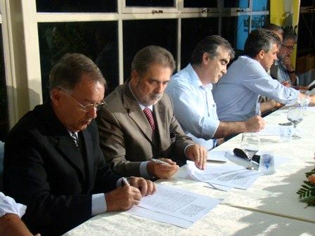 O secretário Alberto Portugal do Governo Aécio Neves durante assinatura do protocolo
