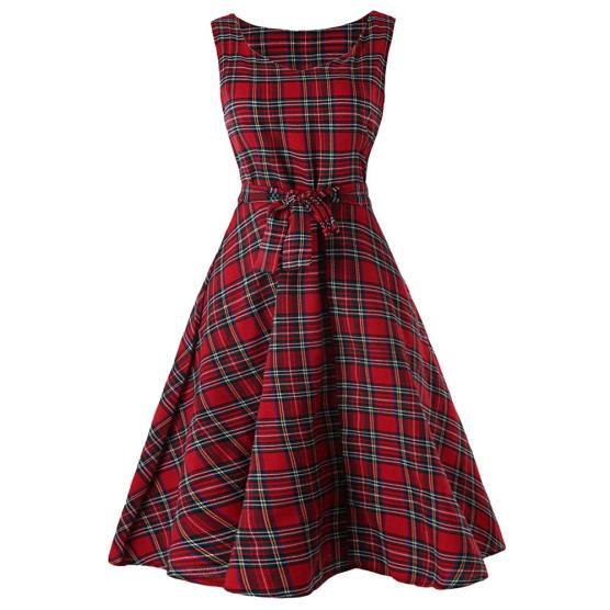 cette robe au motif tartan sera la pièce à mixer et matcher!