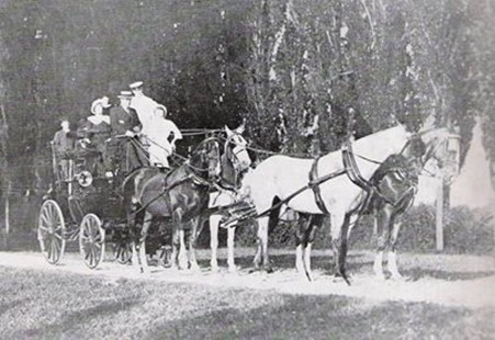 La marchesa d'Arco in carrozza al bosco Fontana è la signorina vestita di bianco e Jole Belladelli dama di compagnia.