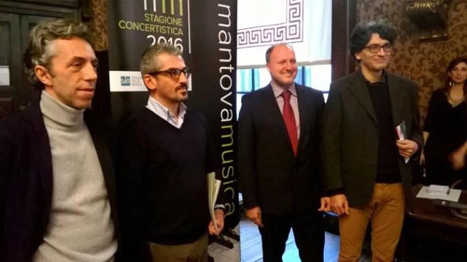 Il sindaco Mattia Palazzi con i responsabili delle tre associazioni.jpg