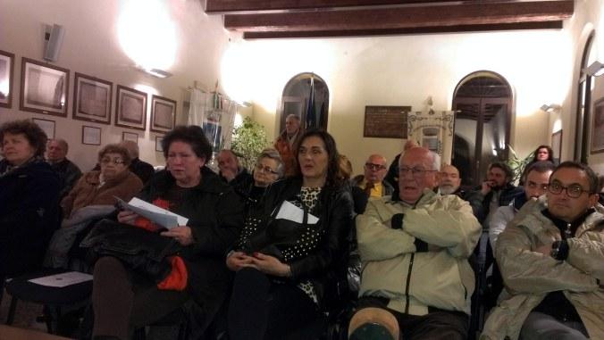 Pubblico folto interessato in sala.jpg