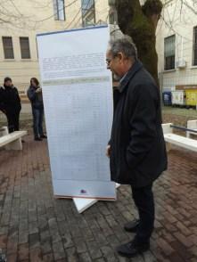 Il professor Andrea Ranzato dinanzi ad un pannello che ricorda i nomi dei deportati