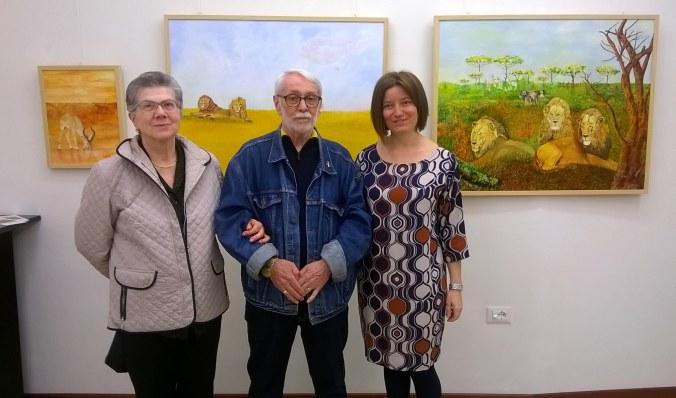 L'artista Enzo Zanetti con la moglie e la curatrice Arianna Sartori durante l'inaugurazione