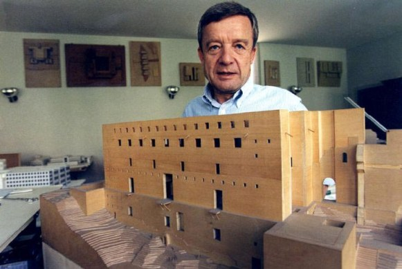Giorgio Grassi nel suo studio.jpg