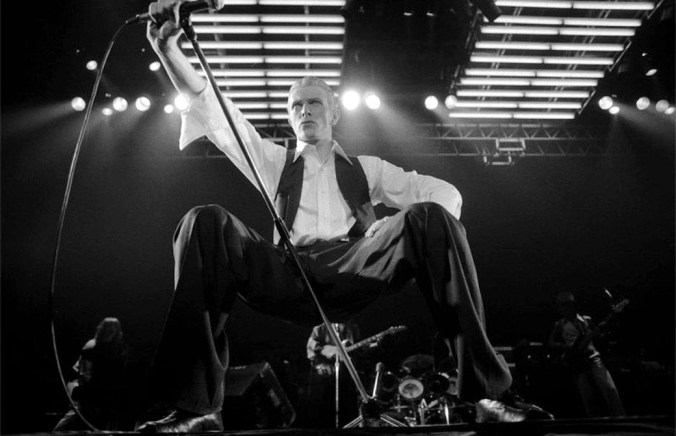 ©Michael-Putland-David-Bowie-performing-live-at-Wembley-arena-1976.jpg