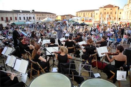 festa dell'asparago - concerto nella piazza (foto di repertorio)