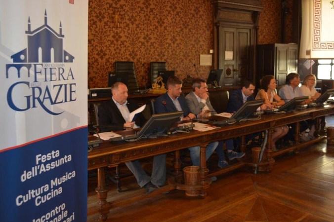da Sx Peter Asman, direttore Palazzo Ducale - il sindaco di Curtatone Carlo Bottani con gli assessori e Marina Ferrari, presid. Pro Loco Curtatone