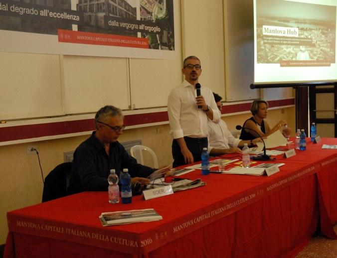 Mantova Hub - il sindaco Mattia Palazzi mentre spiega il progetto di fattibilità.jpg