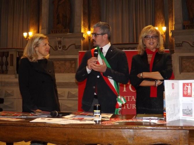 il sindaco di Mantova Mattia Palazzi, la direttrice della Filiale di Mantova di Poste Italiane Perla Gobbi e la referente Filatelia dell'Area Territoriale Lombardia di Poste Italiane Antonella Foschetti