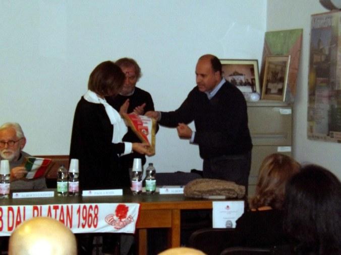 La consegna del gagliardetto alla moglie di Jacovone.jpg