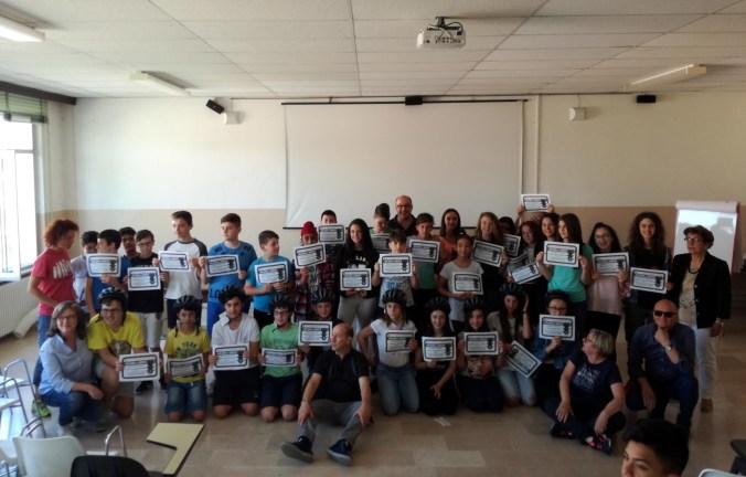 gli alunni che hanno ottenuto il massimo punteggio nei test di Educazione Stradale e i vincitori dei 10 caschi offerti dalla sezione ACI di Castel Goffredo