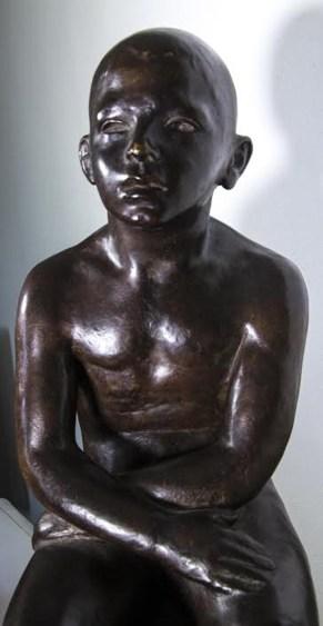 Enzo Nenci (1903-1972_,monello mmantovano, 1952, bronzo (particolare) foto degli studenti del Liceo Artistico G.Romano di Mantova