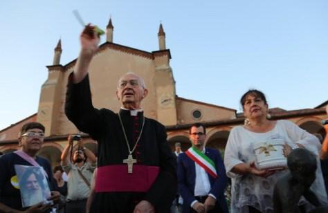 Mons. Caporello benedice i gessetti (2016)