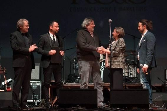 Francesco Guccini riceve il Premio Pierangelo Bertoli.jpg