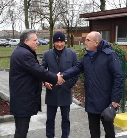 stretta di mano tra il prefetto di Mantova Lombardi e il presidente di Apam Trevenzoli