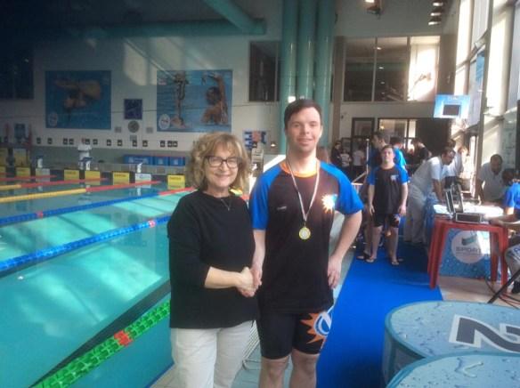 L'assessore Paola Nobis con uno degli atleti della ASDiverso