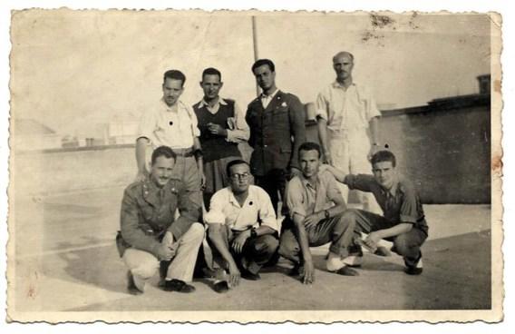 Una foto rinvenuta nel libro che ritrae anche Osvaldo Lanza (il secondo, in ginocchio, da destra)