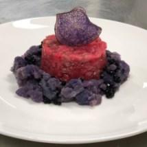Tartare di manzo con patate viola affumicate e perlage di tartufo nero