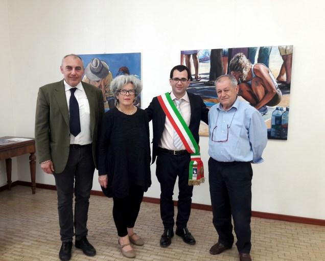 il Sindaco di Curtatone Carlo Bottani tra i galleristi Maria Gabiella Savoia e Adalberto Sartori