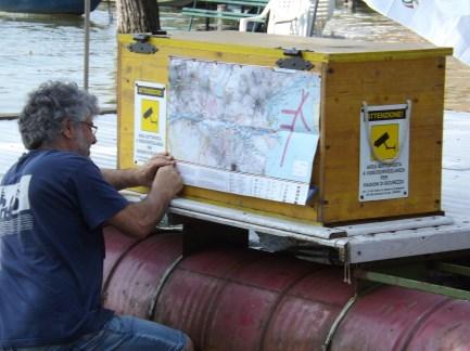 Fabrizio Gandellini mentre ferma la mappa del percorso