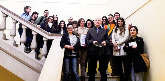 Mons. Roberto Brunelli con i Giovani Hub del Management al Museo diocesano di Mantova