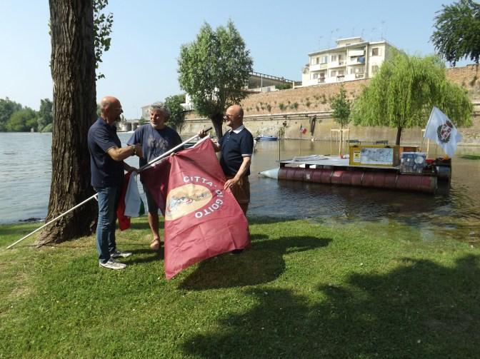 Il presidente del consiglio Gabriele Belfanti mentre consegna la bandiera del Comune Città di Goito