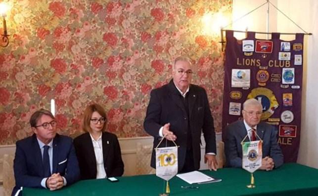 Il presidente Lions Club Mantova Ducale, Nicola Sodano, presenta il premio.jpg