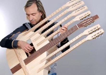 Franco Guidetti con chitarra a 7 manici