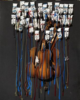 Arman-Sans-titre-2002-violini-sezionati-tubetti-di-vernice-e-acrilico-su-tela-nera-cm-102x81.